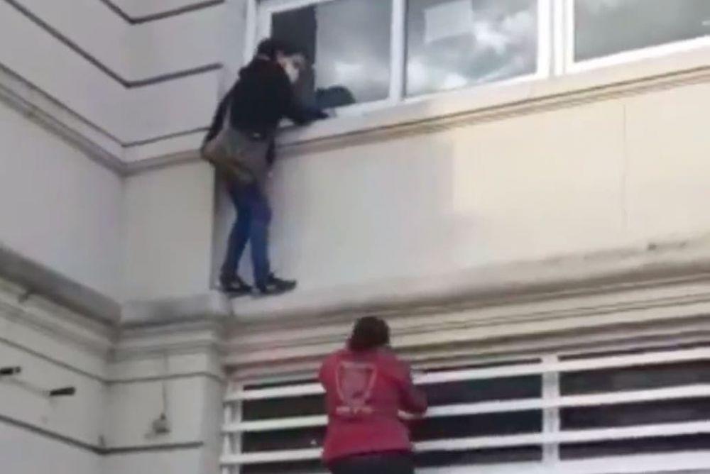 Se trepó a la cornisa del hospital para ver a un pariente aislado