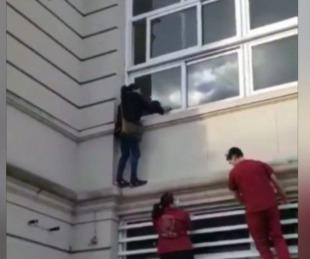 foto: Se trepó por una cornisa de un Hospital para ver a un familiar con Cov