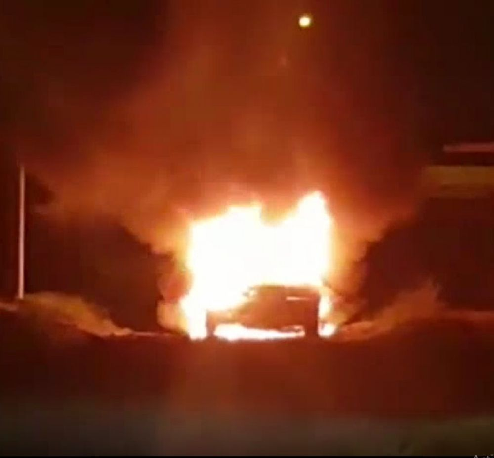 Así se incendió el auto con el que chocaron y mataron a un canillita