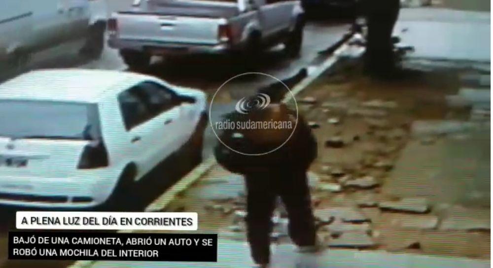 En pleno día, bajó de una camioneta y se robó la mochila de un auto