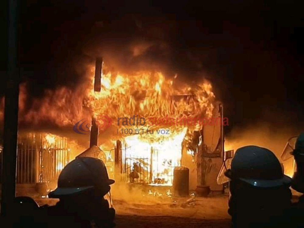 Impresionante incendio en un lubricentro dejó perdidas totales