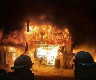 foto: Impresionante incendio en un lubricentro dejó perdidas totales