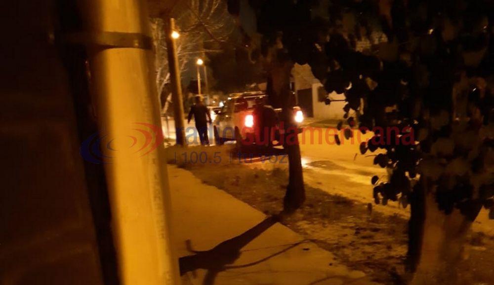 foto: Arrastró a su esposa con el auto y amenazó a los vecinos con un arma