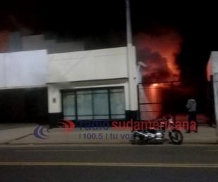 foto: Video exclusivo: feroz incendio en un depósito dejó pérdidas totales