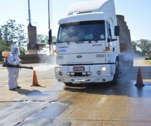 foto: Libres: continúa la desinfección de camiones en el ingreso al país