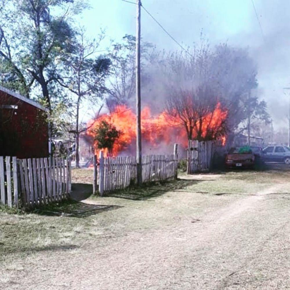 Se incendió una casa, cinco autos y la mascota murió calcinada