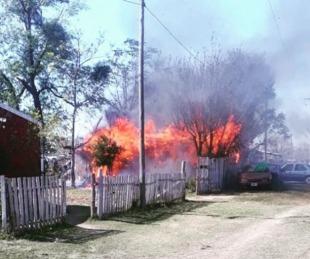 foto: Se incendió una casa, cinco autos y la mascota murió calcinada