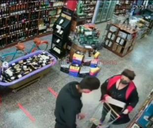 foto: Robaron en una vinoteca y todo quedó registrado por las cámaras