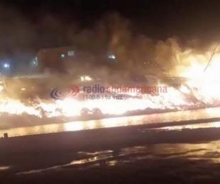 foto: Incendio en un aserradero en Santa Lucía: investigan si fue intencional