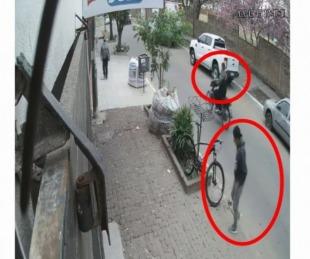 Video: Motochorros atacaron a una mujer a plena luz del día