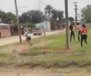 Videos: Vecinos se enfrentaron a golpes y con cuchillos y quedaron filmados