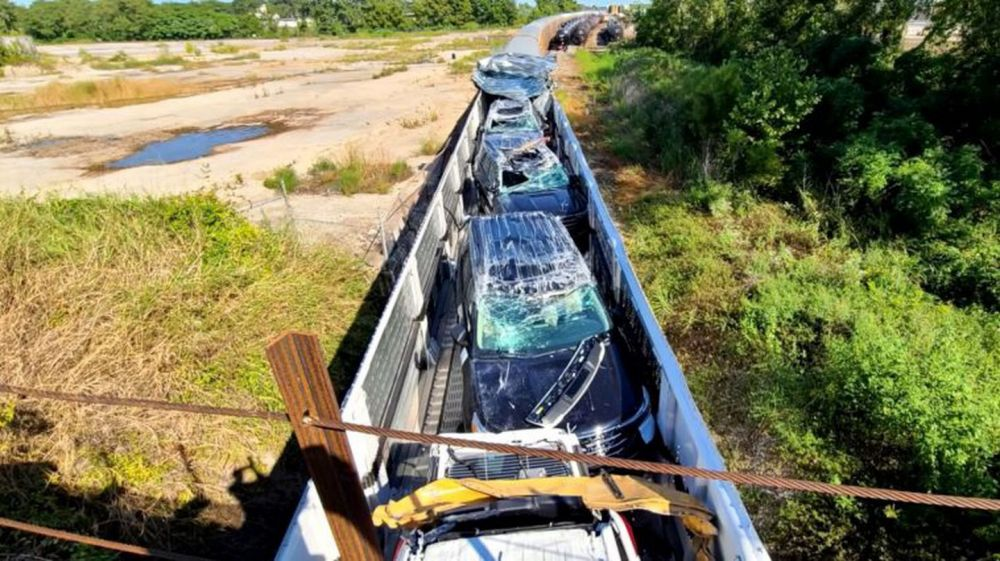 Video: chocó un tren de carga con autos de Ford recién fabricados