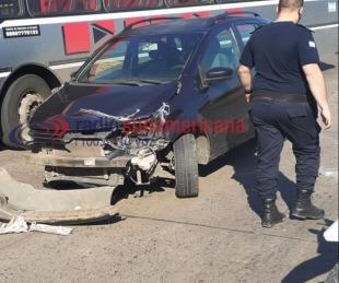 foto: No le puso el freno de mano y un camión chocó el auto en la avenida