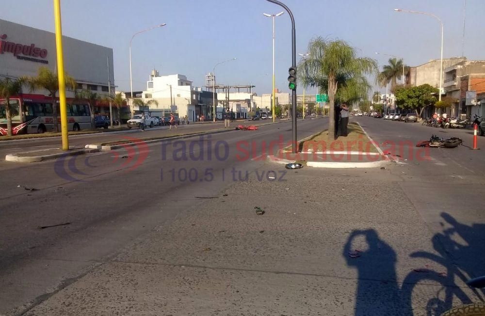 No andaba el semáforo, cruzó la avenida y lo chocaron dos motos
