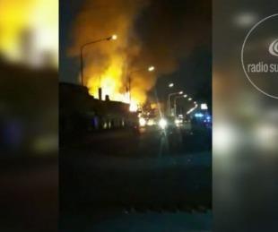 foto: Video: Voraz incendio en una mueblería fue combatido por siete dotaciones de bomberos