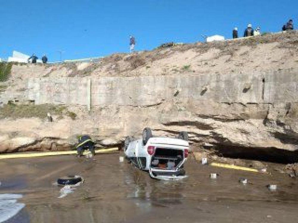Milagro: Un auto cayó desde un acantilado y no hubo heridos