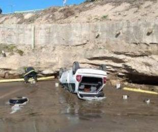 foto: Milagro: Un auto cayó desde un acantilado y no hubo heridos