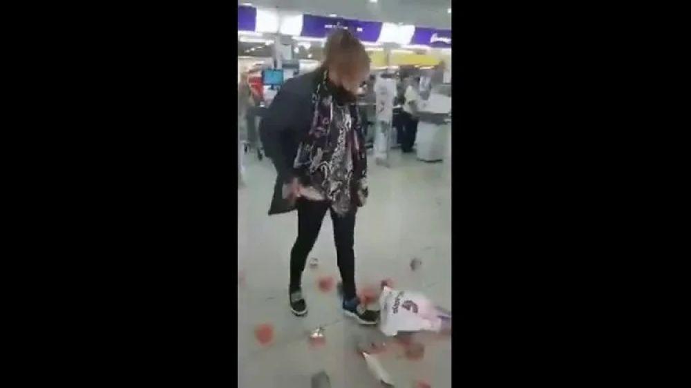 Video: Intentó robar latas de atún del Súper, la filmaron y se enojó