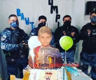 foto: Cumplió 7 años y celebró invitando a efectivos del GRIM a compartir