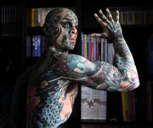 foto: Apartaron a un profesor tatuado hasta los ojos porque le da