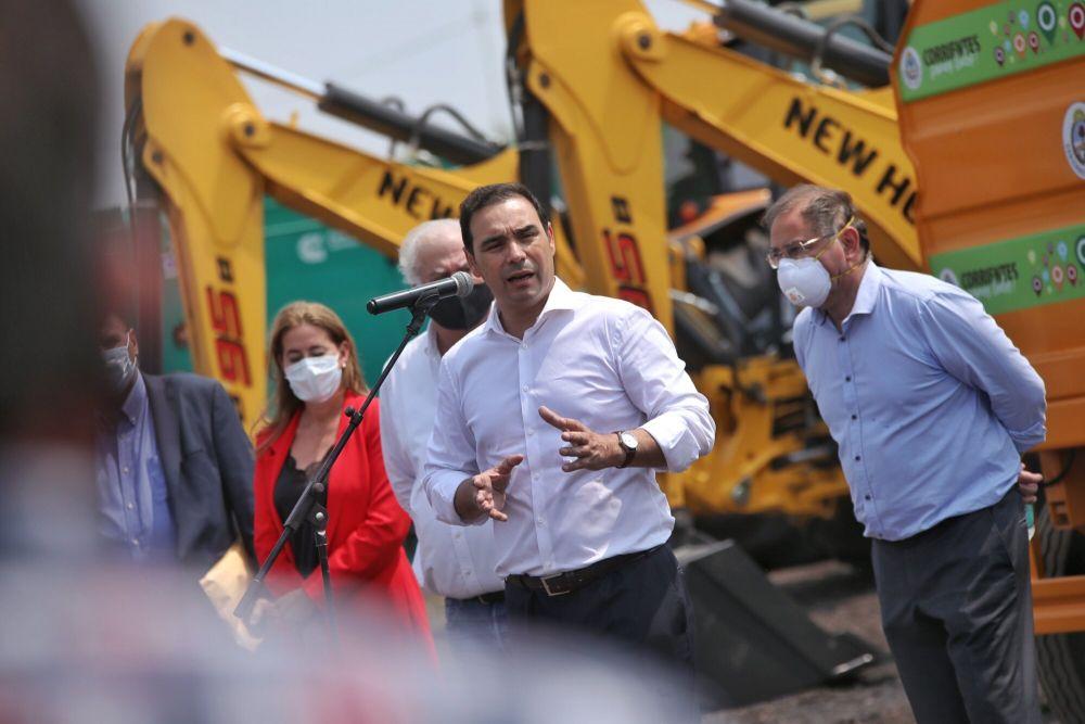 Valdés entregó maquinaria vial para obras en la provincia