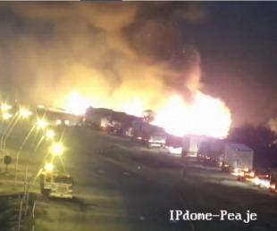 foto: Feroz incendio en la bajada del Puente Belgrano del lado chaqueño