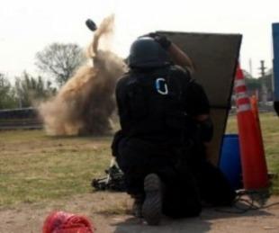 foto: Bomberos detonaron con éxito una granada militar hallada en la vía pública