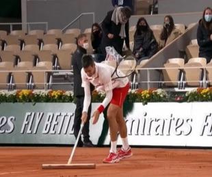 foto: Djokovic escurrió la cancha en la lluvia antes de barrer a su rival