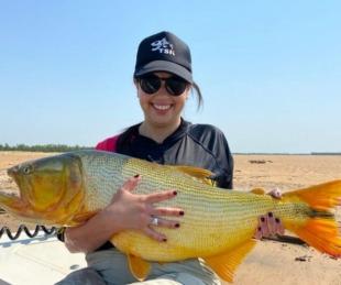 foto: Corrientes: Pescadora capturó un dorado de 14 kilos en el río Paraná