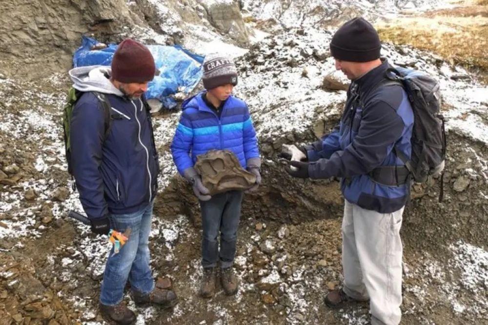 Salió de excursión con su papá y descubrió los restos de un dinosaurio