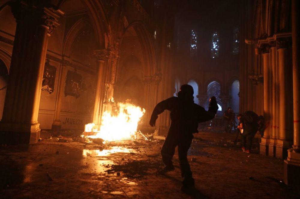 Incidentes durante las protestas en Chile:quemaron dos iglesias
