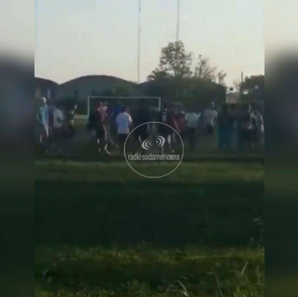 Partido de fútbol clandestino terminó en una batalla campal
