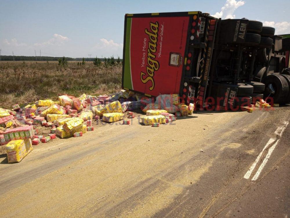 Ruta 12: Volcó un camión que transportaba 26 mil kilos de yerba