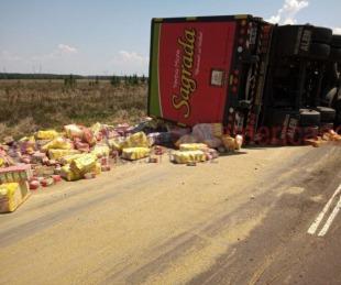foto: Ruta 12: Volcó un camión que transportaba 26 mil kilos de yerba
