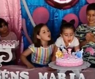 foto: Sopló la vela del cumpleaños de su hermana y se volvió viral