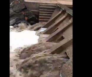 foto: Córdoba: el agua de un río se volvió negra por las cenizas caídas