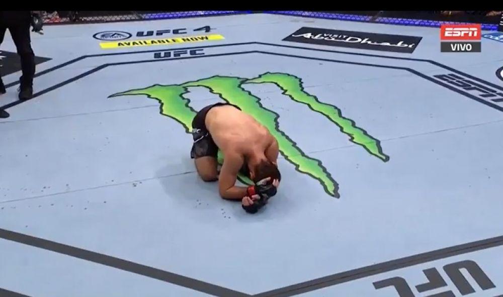 Khabib desmayó a su rival y anunció su retiro de UFC llorando