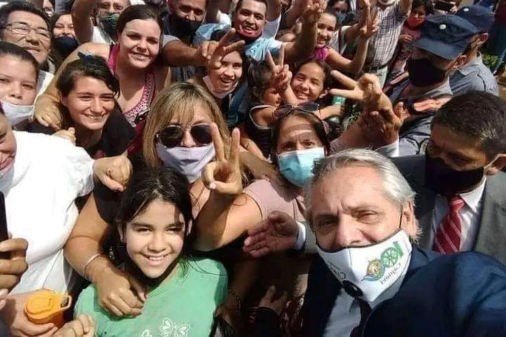 Misiones: critican a Fernández por una foto sin distanciamiento social