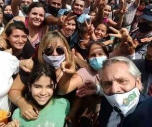 foto: Misiones: critican a Fernández por una foto sin distanciamiento social