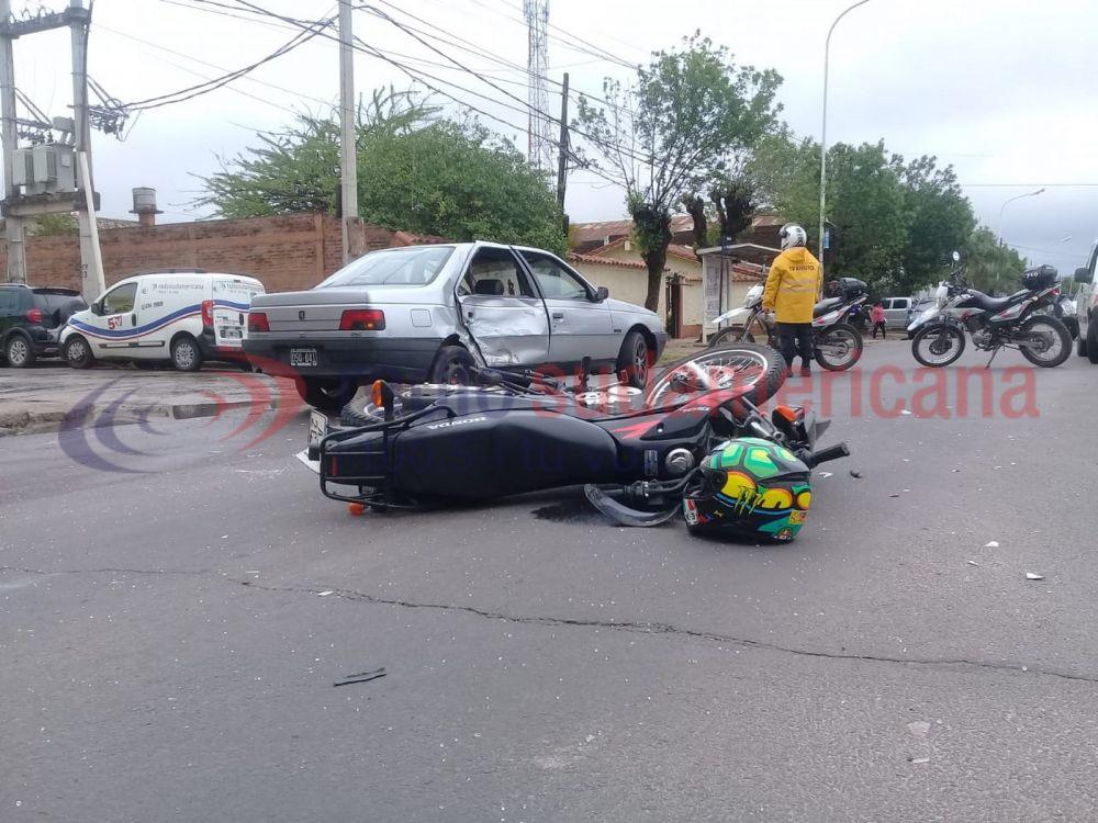 Moto chocó a un auto y lo dejó mirando en sentido contrario
