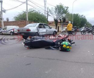 foto: Moto chocó a un auto y lo dejó