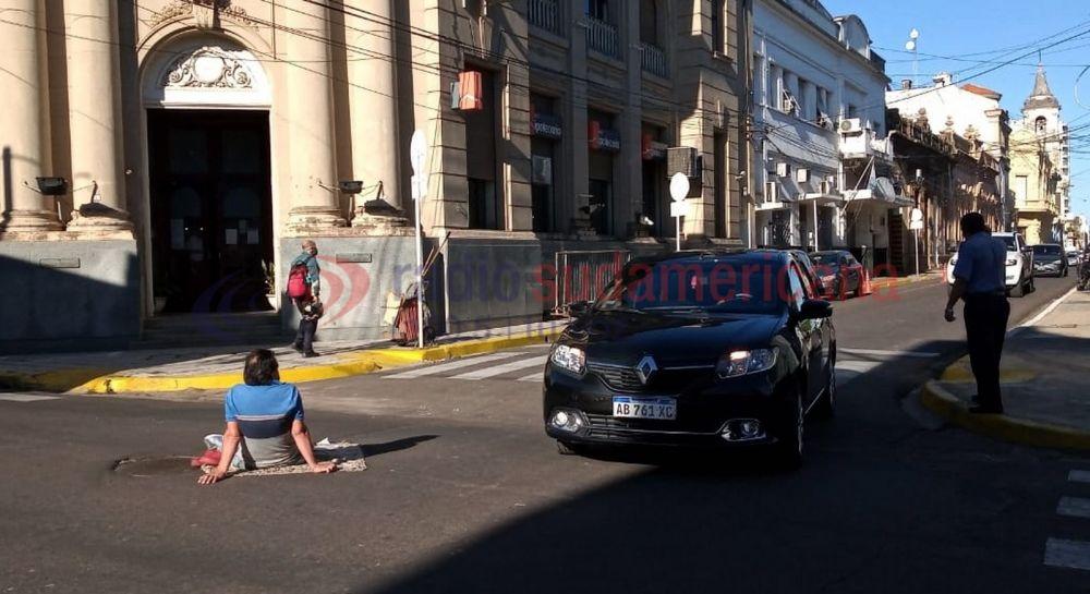 Se sentó en medio de la calle para pedir una vivienda para su hijo