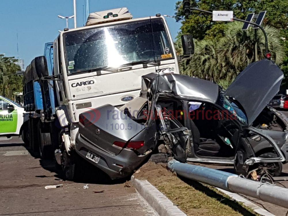 Tremenda colisión entre un camión y un auto en plena Av. 3 de Abril