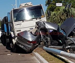 foto: Tremenda colisión entre un camión y un automóvil en plena avenida 3 de Abril