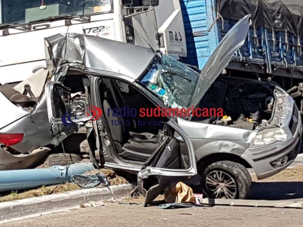 Conductor del auto chocado por camión está grave pero consciente
