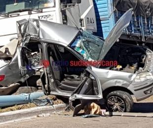 foto: Conductor del auto chocado por camión está grave pero consciente