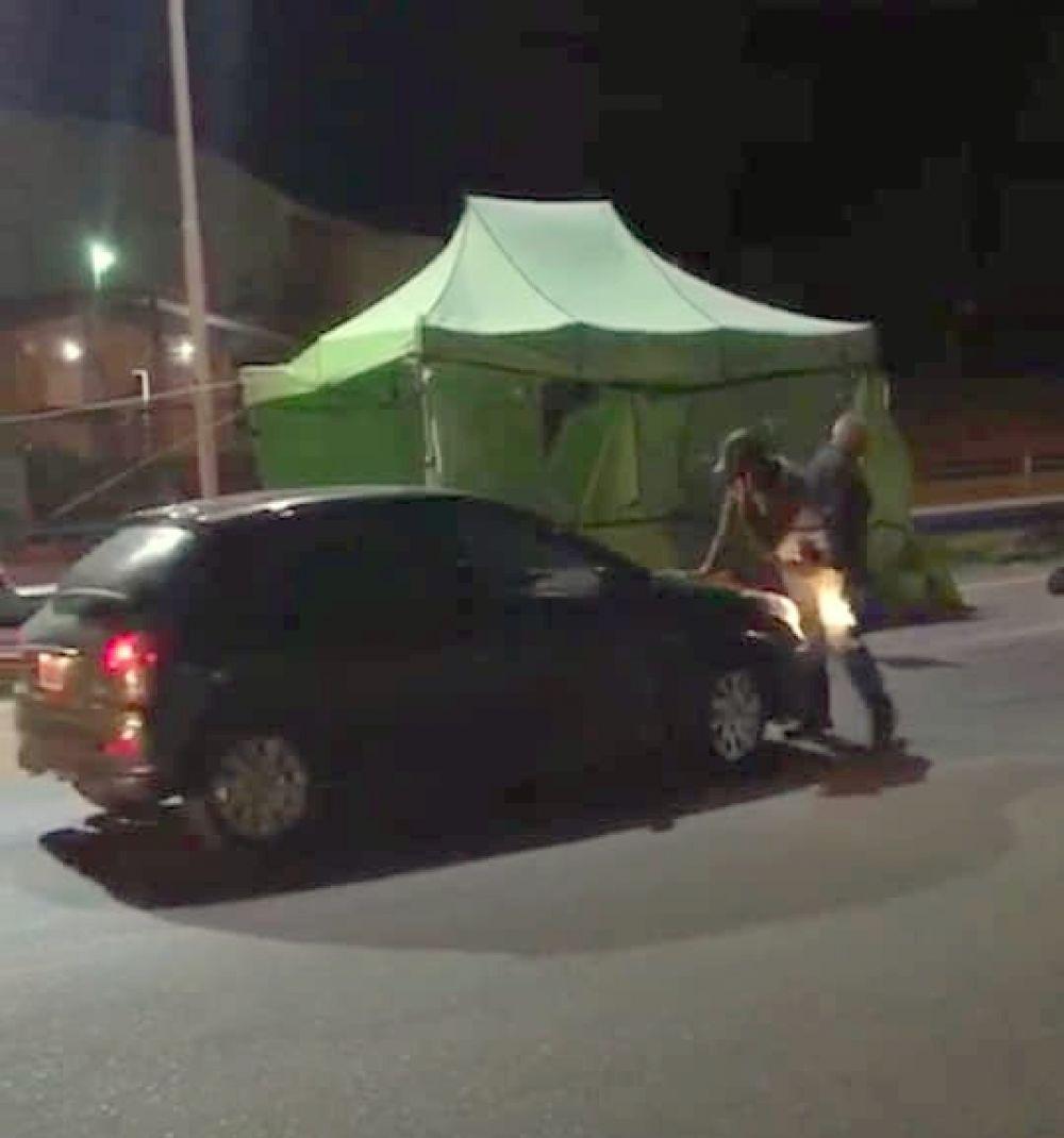 Se negó a hisoparse e intentó atropellar con su auto a la policía