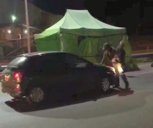 foto: Se negó a hisoparse e intentó atropellar con su auto a la policía