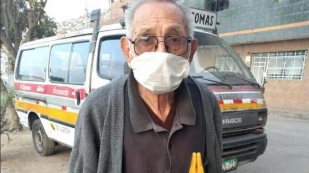 Abuelo sale todos los días a la calle a buscar a su perro perdido