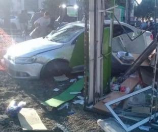 foto: Perdió el control y chocó contra un puesto de panchos de la plaza
